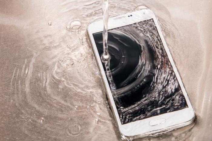 Залили телефон водой? Примите срочные меры!